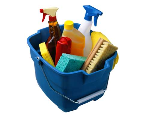 Emmer met schoonmaak spullen